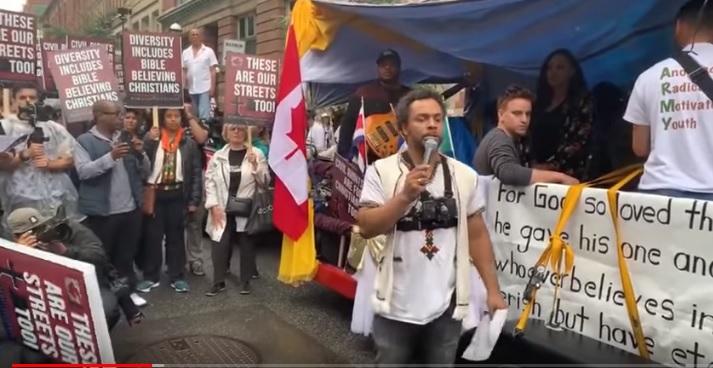У Канаді ЛГБТ-натовп ледь не розірвав вуличного проповідника. Шокове відео