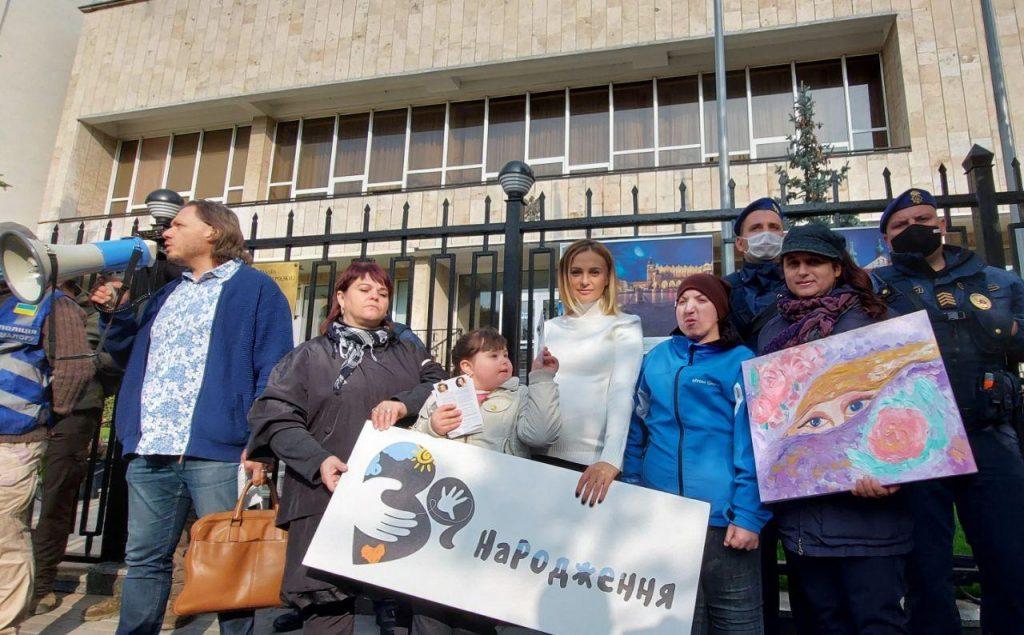 Українці солідарні з Польщею у справі захисту ненароджених. Унікальні фото з-під посольства