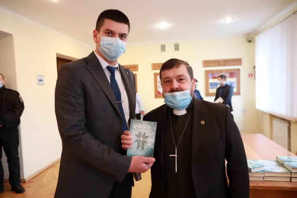 Семеро депутатів Кременчука відмовилися приймати подарункові Біблії. Хто вони?