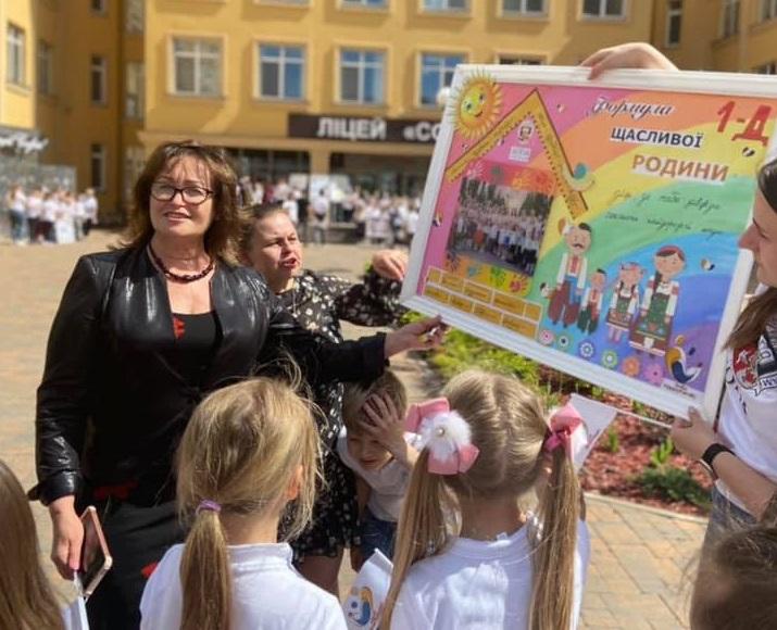 Сотні дітей на подвір'ї школи танцювали у флешмобі під пісню «Моя сім'я». ВІДЕО