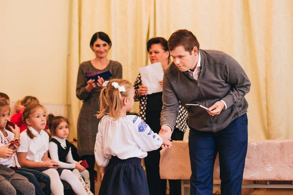 Директор київської школи позивається до Кабміну через примусову вакцинацію освітян